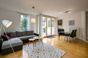 At Maßmannpark: Very quiet and bright maisonette apartment with two bedrooms, balcony and terrace