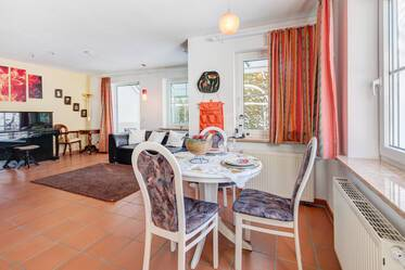 Starnberg, southwest of Munich: Lovely spacious 2-room apartment with winter garden