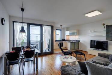 At the Riemer Park: Beautiful, modern 2-room apartment with parking, balcony and internet