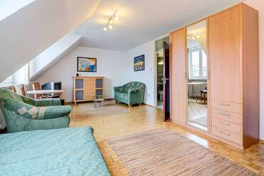 Very good location in Schwabing: Furnished 1-room attic apartment, with basement and internet included