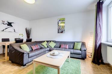 Munich-Schwabing: Bright, furnished 3-room apartment (two bedrooms) with internet flatrate and parking