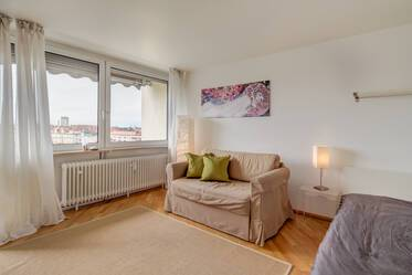 Munich-Neuhausen, near Rotkreuzplatz: Pretty apartment with balcony