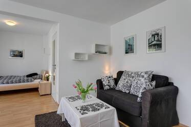 Directly at the Theresienstraße (U2): Beautiful 1-room studio apartment with split-level parking garage
