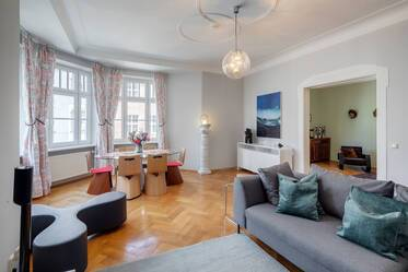 Top location in between Leopoldstraße and English Garden: Beautifully furnished 4-room period apartment