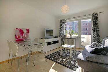Very sunny, modernly furnished apartment with two balconies
