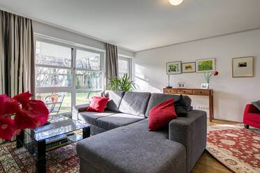 High-quality, bright 3-room apartment with garden in Munich-Bogenhausen. Parking and internet included